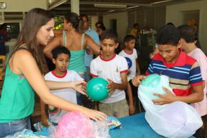 Brinquedos arrecadados pelos policiais foram doados às 120 crianças da escola (Fotos: Paulo Cabral/Sinpol-DF)