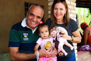 Marco Aurélio e Renata, ambos lotados na Dema, visitaram a pequena Kemmilly (Fotos: Paulo Cabral/Sinpol-DF)