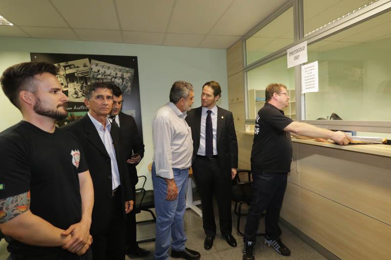 Termos de entrega dos cargos foram entregues à Polícia Civil ao fim da assembleia (Foto: Paulo Cabral/Sinpol-DF)